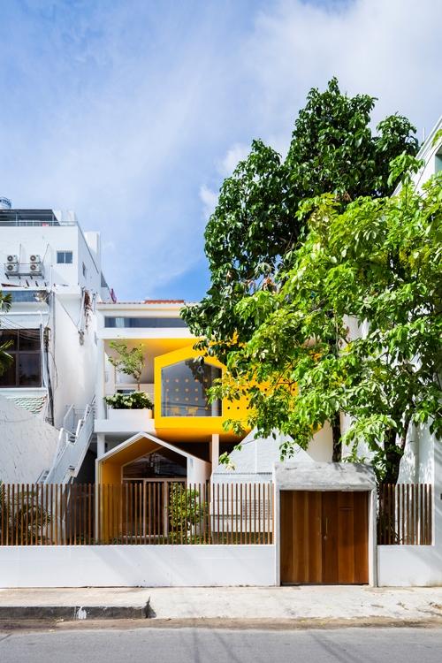 Đa số các trường mầm non hiện nay ở Việt Nam đều được thiết kế đơn giản như các khu nhà thông thường kê thêm bàn ghế, đồ chơi cho trẻ nhỏ. Nhưng ngôi trường dành cho các bé dưới 6 tuổi ở Sài Gòn có mặt tiền và không gian bên trong rất khác biệt, lấy cảm hứng từ cách trẻ nhìn về thế giới xung quanh.