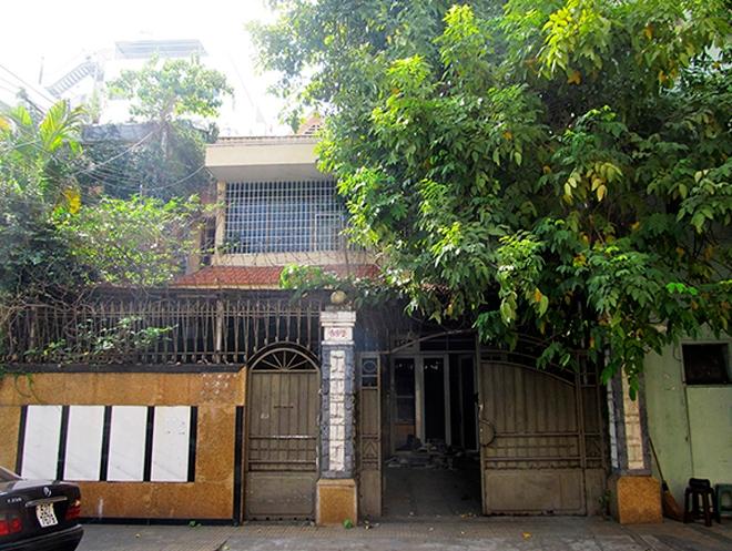 Đây vốn là một ngôi nhà phố cũ ở Sài Gòn được chuyển thành trường mầm non. Các kiến trúc sư phải chuyển không gian riêng tư sang phục vụ công cộng, không gian của tỷ lệ lớn đổi thành tỷ lệ nhỏ. Chủ đầu tư yêu cầu giữ nguyên hệ khung kết cấu chính (hệ cột, dầm, sàn).