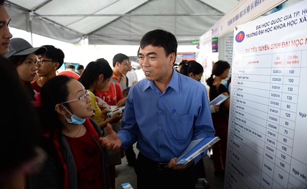 Thầy Phạm Tấn Hạ trường ĐH KHXH&NV TP.HCM tư vấn điểm chuẩn, chỉ tiêu xét tuyển của trường cho các bạn học sinh - Ảnh: Thuận Thắng.