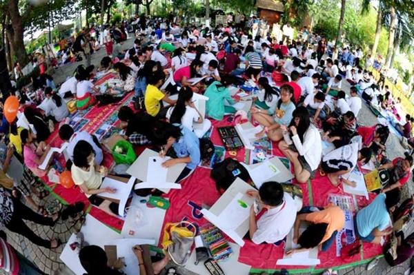 Học sinh thành phố hào hứng với hoạt động thi vẽ áo dài trên giấy từ mùa lễ hội trước. Ảnh: BTC cung cấp