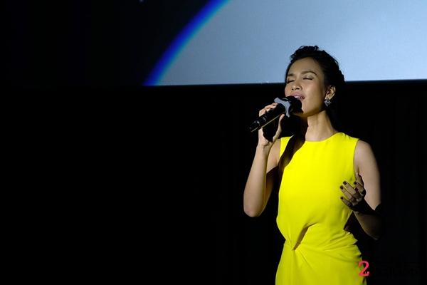 Ca sĩ Ái Phương trình bày ca khúc Tôi thấy hoa vàng trên cỏ xanh thật cảm xúc và da diết, cả khán phòng im lặng say sưa dõi theo phần trình diễn của cô.
