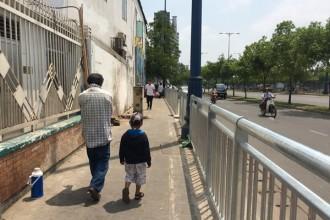 Dải phân cách được thiết lập để ngăn tình trạng lấn chiếm vỉa hè và tạo lối đi riêng cho người đi bộ - Ảnh: Phạm Hữu