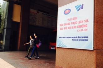 Thông báo nhắc sinh viên đeo thẻ khi ra vào trường, đặt ngay cổng Trường ĐH KHXH&NV (ĐHQG TP.HCM) cơ sở Đinh Tiên Hoàng, quận 1 - Ảnh: H.Quân