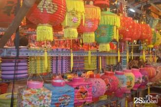 Phố lồng đèn Lương Nhữ Học chỉ đông vào dịp lễ tết nhưng dường như cảnh xem nhiều mua ít.
