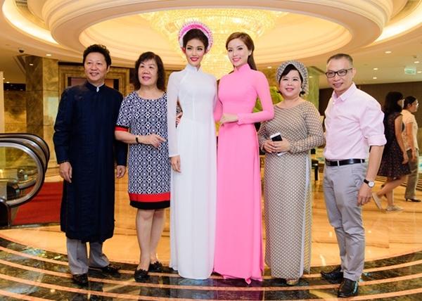 Hai người đẹp hội ngộ cùng các thành viên giám khảo trong cuộc thi Duyên dáng áo dài như nhà thiết kế Sỹ Hoàng (ngoài cùng bên trái), nhiếp ảnh Phạm Hoài Nam (ngoài cùng bên phải).