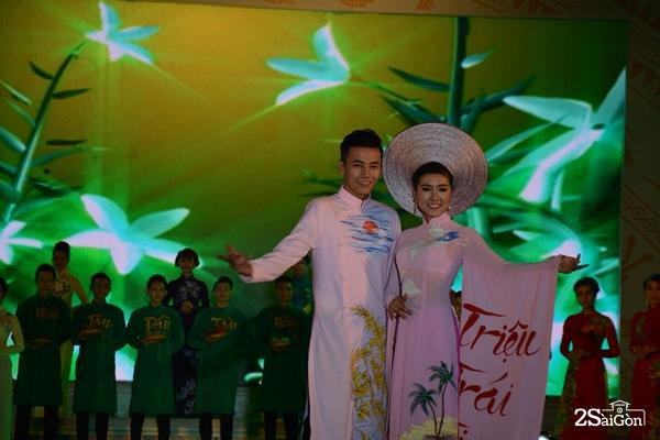 Những thí sinh trình diễn áo dài Việt.