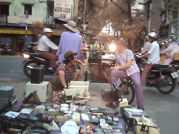 Khu chợ trời huyên náo, tấp nập người mua kẻ bán ở Sài Gòn - Ảnh: Trác Rin
