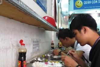 Quán cơm xã hội Nụ Cười 1 (quận 1, TP HCM) đã cung cấp suất ăn với giá 2.000 đồng cho người nghèo 4 năm nay Ảnh: LÊ PHONG
