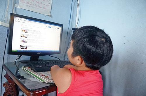 Đây là cái máy tính được một nhà hảo tâm tặng. Bố mẹ chẳng biết dùng nhưng cô bé biết mở cả Google để tìm video học cách làm kem vì em rất thích ăn kem.