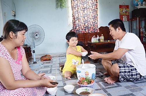 """Bữa ăn nào Thương cũng ngồi """"ôm nồi"""" giành phần xới cơm cho cả nhà."""