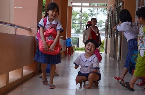 Nụ cười sảng khoái của cô bé giờ tan học. Ở trường có bạn có bè rất vui.