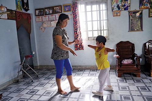 Tập đi với đôi chân giả rất đau đớn, nhưng Thương chịu đựng được tất cả. Ngày nào cô bé cũng phải tập luyện theo thời biểu rất nghiêm ngặt của mẹ: sáng đi học, chiều tập đi từ 14h đến 16h30, tối học bài.
