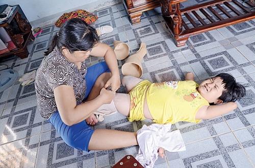 Thương thích đi lắm và rất chăm chỉ tập luyện nhưng vẫn không khỏi nhăn nhó vì đau đớn khi mẹ gắn đôi chân giả.