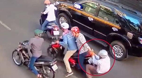 Một vụ cướp giật diễn ra giữa trung tâm quận 1. Ảnh cắt từ clip.