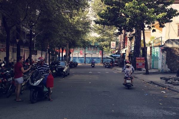 Đường Hưng Long yên tĩnh và vắng vẻ những ngày cuối tuần.