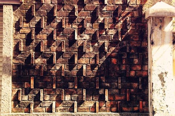 Một mảng tường rất ấn tượng trên đường Huyền Quang trong ánh nắng chiều nghiêng.