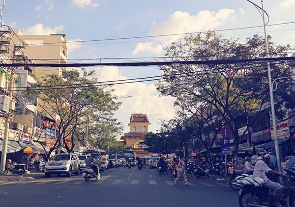 Con đường Nguyễn Hữu Thận phía trước chợ Bình Tây và Bến xe Chợ Lớn rất đỗi quen thuộc của người Sài Gòn cũng như du khách khi đi tham quan chợ có chiều dài 95m.