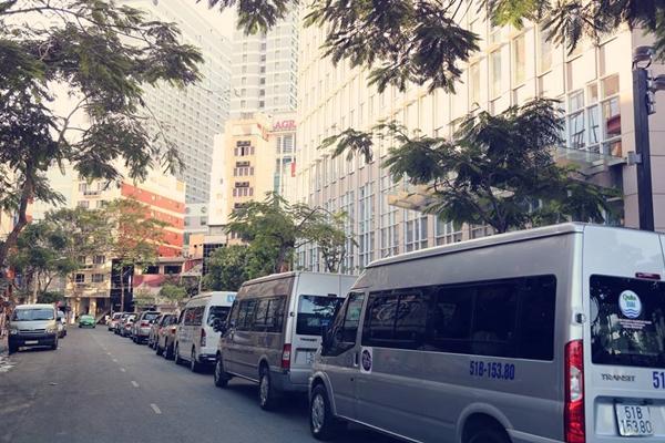 Con đường Phan Văn Đạt (103m) nhỏ nhưng rất lâu đời nằm ngay góc công trường Mê Linh, và chân tòa tháp Vietcombank Tower mới xây xong gần đây.
