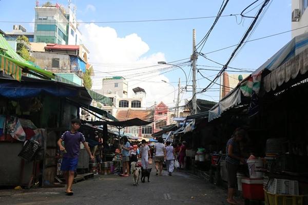 """""""Con đường xe ngựa"""" Mã Lộ (115m) sau lưng chợ Tân Định tuy nhỏ nhưng lại có tuổi đời đã gần một thế kỷ."""