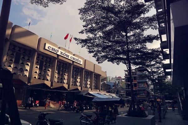Chợ Xóm Chiếu với số nhà lẻ loi trên con đường siêu ngắn Đinh Lễ vào một buổi chiều nắng vàng cuối tuần.