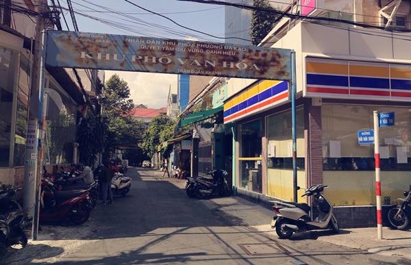 Con đường nhỏ Trần Doãn Khanh (70m) yên tĩnh ẩn mình giữa hai con đường cũng tương đối vắng vẻ không kém là đường Nguyễn Văn Thủ và Nguyễn Thành Ý.