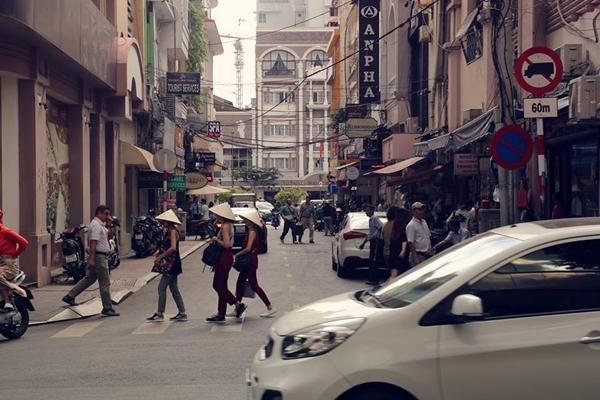 Đường Nguyễn Thiệp ngày nay tập trung nhiều cửa hàng bán đồ lưu niệm, đổi ngoại tệ, các cửa hàng ăn uống quen thuộc.