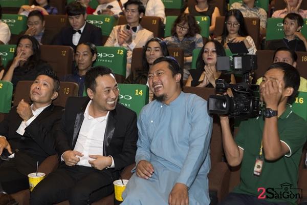 Giám khảo, đạo diễn Nguyễn Quang Dũng trao đổi với đạo diễn Phan Gia Nhật Linh.