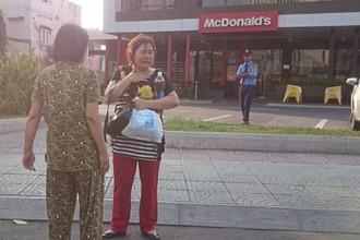 Chị Nguyễn Thị Phương ôm cổ khóc nức nở khi bị hai tên cướp giật dây chuyền và túi xách trên đường ra sân bay về quê.