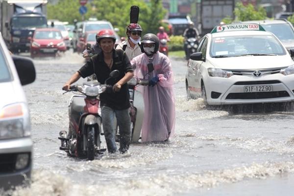 Người dân TP rất mong lãnh đạo TP có phương án hiệu quả chống ngập nước khi mùa mưa đang đến rất gần. Ảnh: Hoàng Bình.