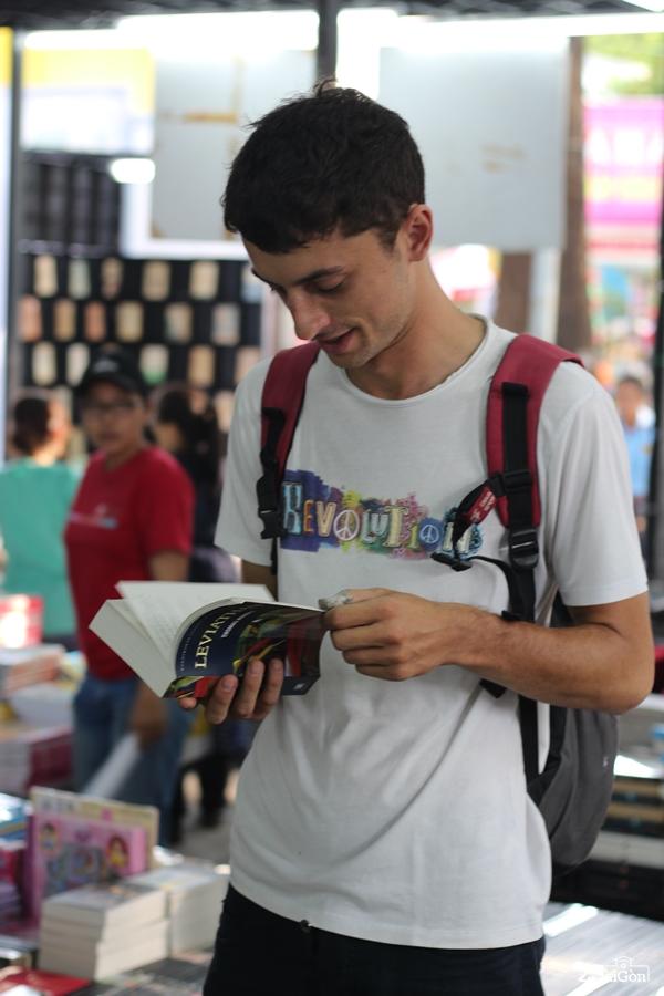 Các bạn trẻ người nước ngoài háo hức tham gia Hội Sách TP.HCM.