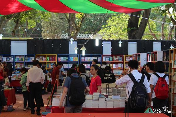 Với chủ đề Sách - Văn hóa - Hội nhập và phát triển, Hội sách TP.HCM lần này có 710 gian hàng của 172 đơn vị, thiết kế bắt mắt, đầu sách đa dạng thu hút người đến xem và mua.