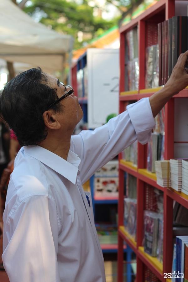 Độc giả lớn tuổi say sưa với những kệ sách văn hóa - lịch sử, truyền thống dân tộc.