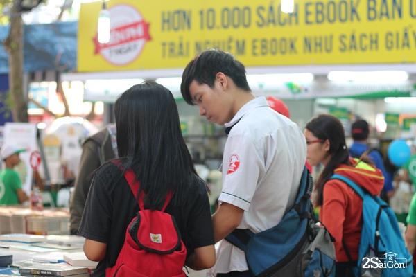 Rất nhiều nhóm các bạn học sinh, sinh viên sau khi tan trường đã đến để tham gia hội sách.