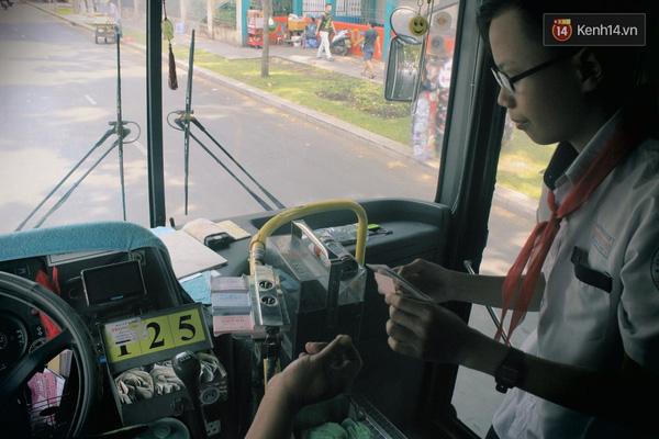 Trước đây chú Thọ từng bị căng thẳng trong công việc nên hay cáu gắt với hành khách, nhưng rồi chú cũng đã học được cách cân bằng cảm xúc của chính mình và giờ thì chú đã trở thành tài xế xe bus thân thiện nhất với sinh viên Sài Gòn.