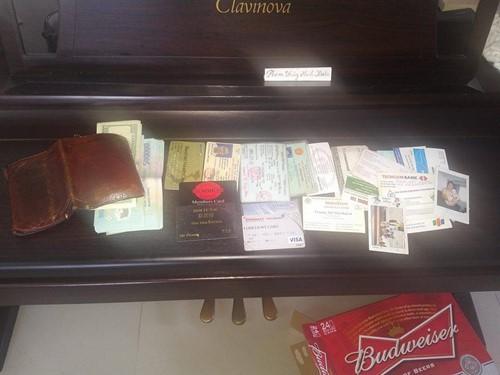 Chiếc ví của anh Phương và toàn bộ số tài sản nhận lại được - Ảnh: NVCC