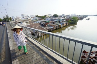 Những căn nhà tạm bợ ven kênh Đôi (Q.8, TP.HCM) sẽ được giải tỏa, di dời để thực hiện dự án môi trường nước giai đoạn 3 - Ảnh: Quang Định