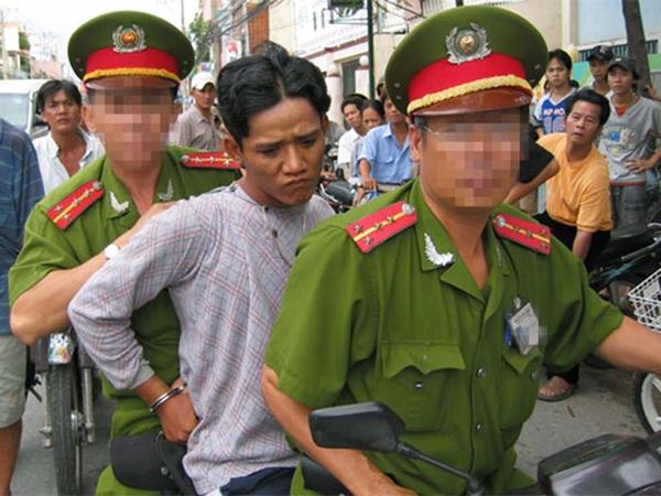 Người dân bắt giữ tên trộm cắp giao cho công an
