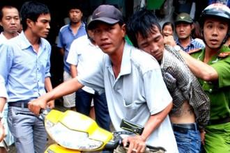 Tên cướp táo tợn trên đường phố Sài Gòn đã bị công an và người dân bắt giữ - Ảnh: Tư liệu Tuổi Trẻ.