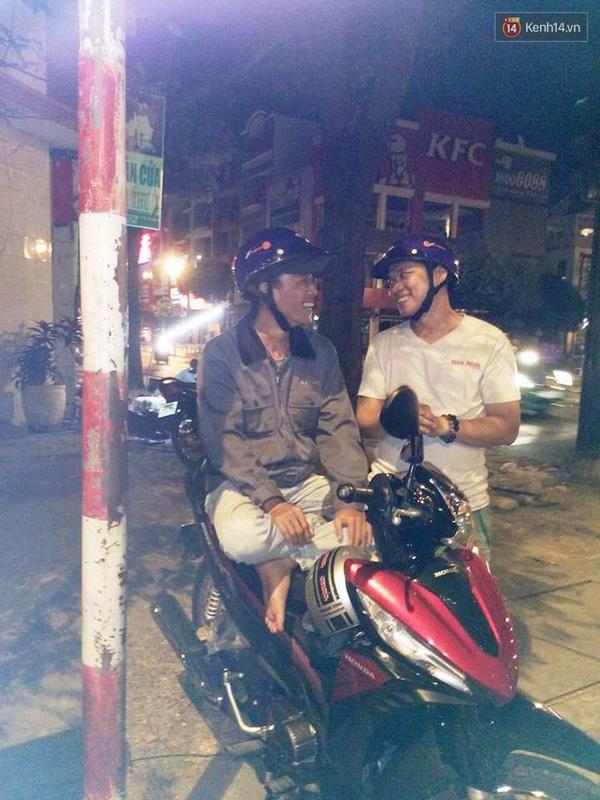 Ngoài sửa nón miễn phí, chị Nương cùng nhân viên còn tặng nón cho những người lái xe ôm vào ban đêm.