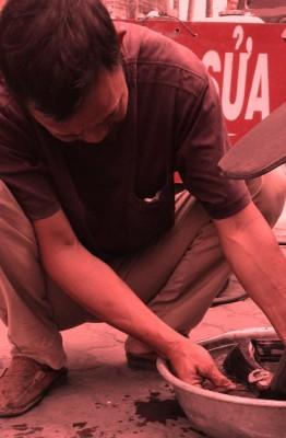 """Chú Lương """"bơm vá xe miễn phí người khuyết tật""""..."""