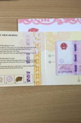Những tờ tiền lưu niệm 100 đồng đã xuất hiện tại TP HCM trước thời điểm mở bán đến 10 ngày. Ảnh: Zen Nguyễn