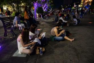 Phố đi bộ Nguyễn Huệ là không gian công cộng tập trung đông người nhất TP HCM, nhất là vào các dịp lễ hội. Ảnh: Tuổi Trẻ.
