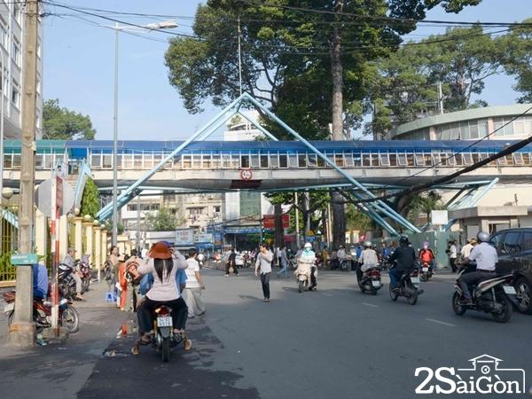 Cầu vượt trên đường Cống Quỳnh trước Bệnh viện Từ Dũ không có lối lên xuống thuận tiện - Ảnh: Thanh Niên.
