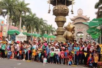 Hàng ngàn người dân đã đổ về Khu Tưởng niệm các vua Hùng thuộc Công viên Lịch sử - Văn hóa dân tộc (phường Long Bình, quận 9), Suối Tiên, Đầm Sen.