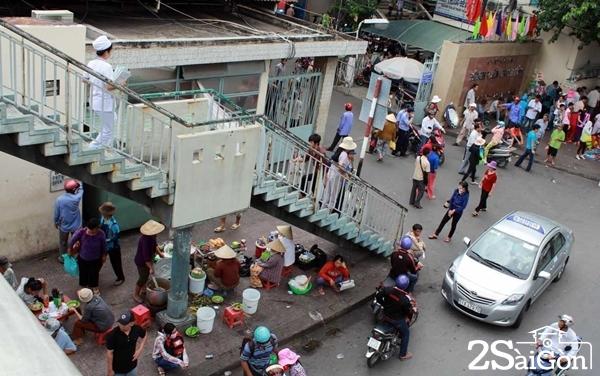 Hàng ăn bày bán dưới chân cầu trước cổng Bệnh viện Ung Bướu, Bình Thạnh. Ảnh: Petrotimes.