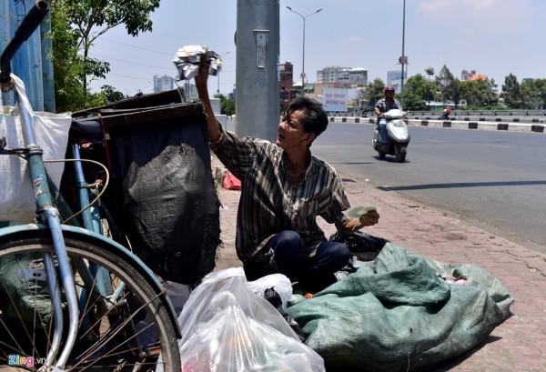 12h30, giữa đỉnh điểm của nắng gắt, ông Nguyễn Huy Phong (quận Bình Thạnh) để đầu trần ngồi phân loại ve chai bên cầu Điện Biên Phủ. Ông cho biết, không quen đội nón nên luôn để đầu trần trong lúc làm việc.