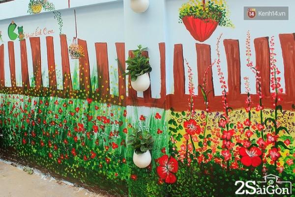 Nhóm bạn trẻ còn trang trí thêm chậu cây xanh lên tường khiến bức tường càng trở nên sinh động và gần gũi.
