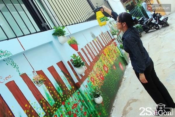"""Cô Vân Trang (50 tuổi) là người dân sinh sống trong hẻm 136, cô rất vui mừng khi các bạn trẻ trong phường đã đến giúp con hẻm nơi cô sinh sống trở nên sạch và đẹp hơn rất nhiều. Cô cho biết: """"Trước đây bức tường rất bẩn, một số người dân không ý thức đã dán quảng cáo, vẽ bậy lên tường. Sau khi được trang trí lại, mọi người đã có ý thức hơn và rất trân trọng nét đẹp của khu dân cư""""."""