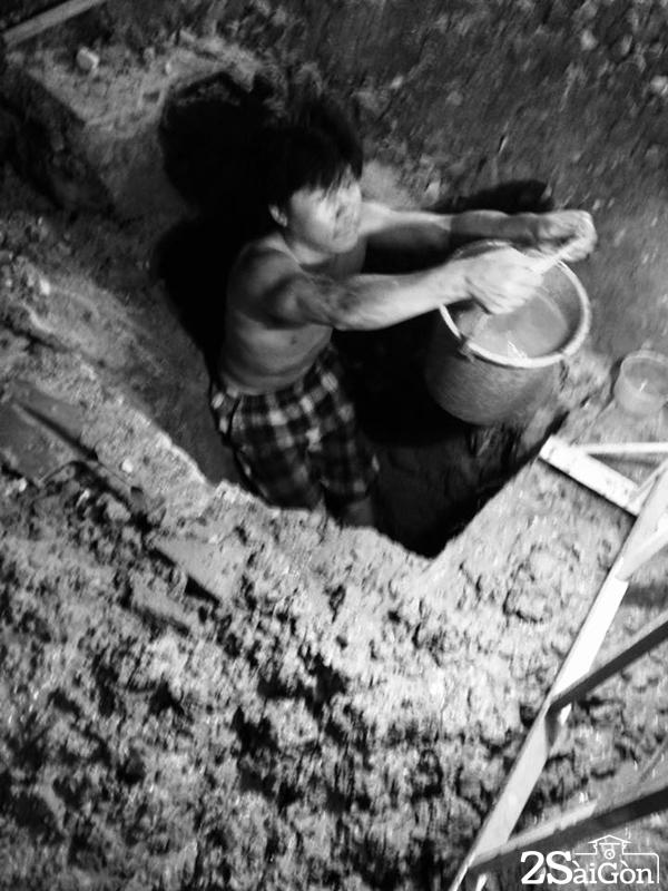 Nhẫn nhại múc từng xô chất bẩn từ dưới lòng đất đưa lên trên.