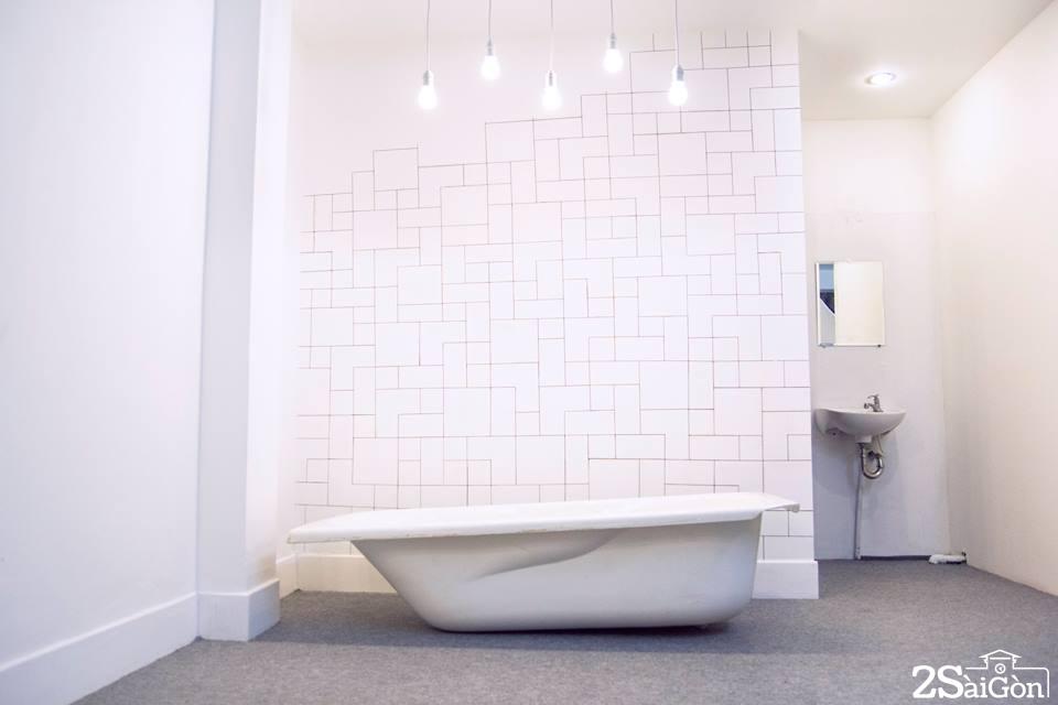 Nhà tắm với bước tường hình học và hệ thống đèn chiếu sáng đậm tính nghệ thuật